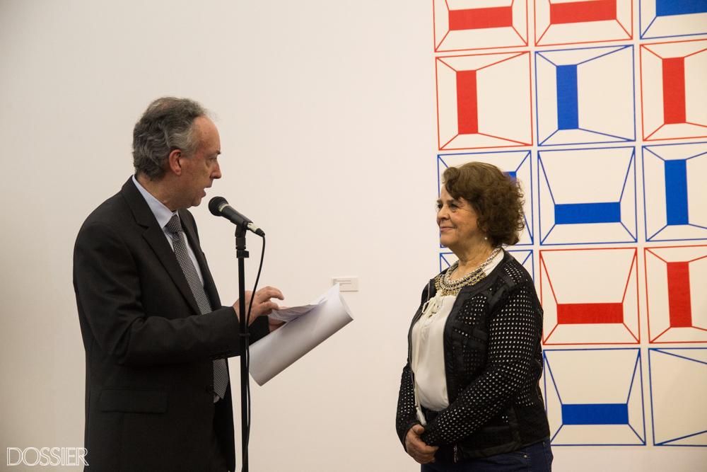 La artista María Clara Rossi recibiendo su premiación de Pintura Julio Alpuy
