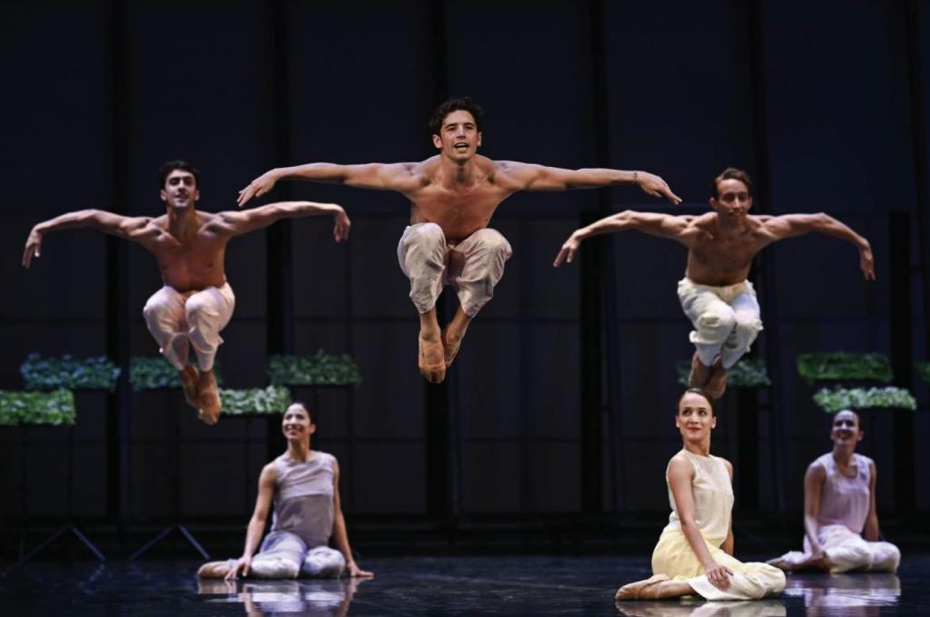 Bailarines: Nicolás Martínez, Archie Sullivan y Guillermo González. Bailarinas: Liliana González, Mel Oliveira y Yasmin Lomondo.